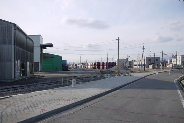 「都市センターゾーン」の東端より。小名浜駅の敷地となっておりコンテナヤードのような場所だ。
