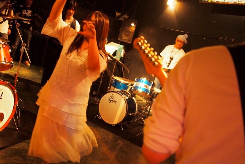 会場をジャックした下山田。即興セッションの祭典は彼女の独壇場と化したが、「彼女も平等な参加者だ」とASA-CHANG。