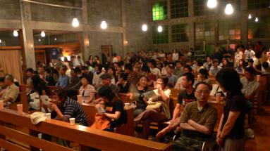 小名浜カトリック教会でのライブ。多数の観客が訪れた。
