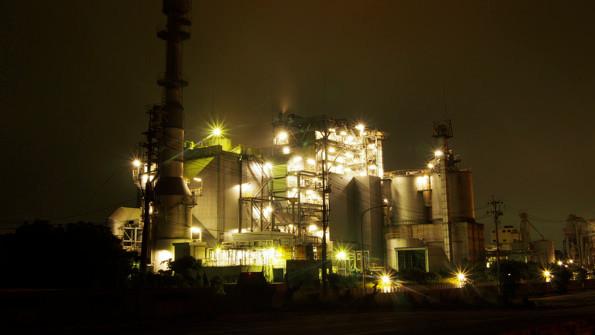 工場夜景の名所、大迫力の日本海水小名浜工場前にて。