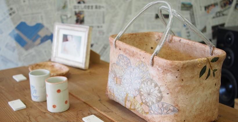 佐藤の母による作品。平面の作品が多い中、空間にゆたりをもたせるような陶芸の作品が目を引いた。