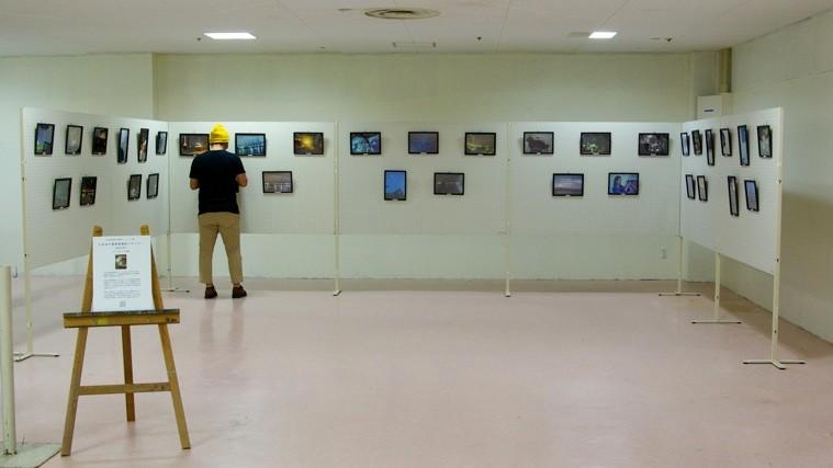 リスポの中2階、最も奥の展示会場には、非日常の工場夜景が広がった。photo by monaken
