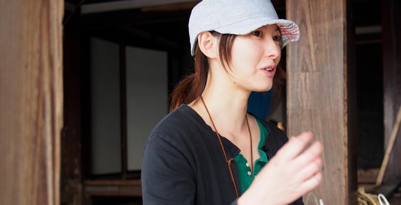 インタビューにこたえる中之作プロジェクト事務局の豊田千晴。同プロジェクト代表の建築家、豊田善幸の妻でもある。