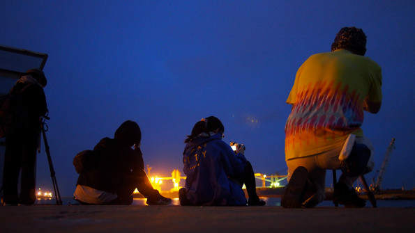 藤原川のすぐ前。対岸を写真に収めようと神経を集中させる参加者たち。