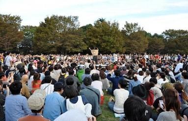 オーケストラの一場面。原田郁子の指揮でそれぞれの音が1つに。