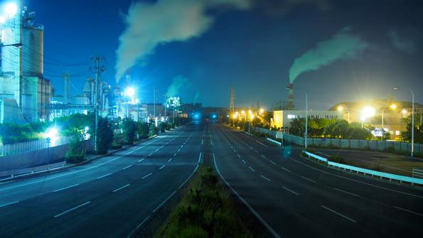 日本海水小名浜工場前。昼と夜では、まったく違う光景が広がる。