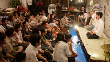 即興劇団ロクディムによる公演では満場の人が集まった。