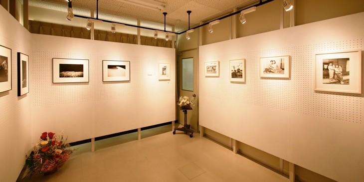 向かって左側に展示されている鈴木穣蔵の撮影した家族写真。被写体との距離感が保存されている。
