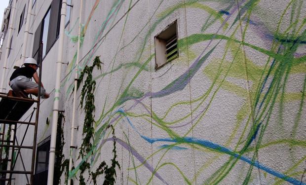 ゆるやかなカーブを描くたんのライン。緑系の色を主体に引かれていく。