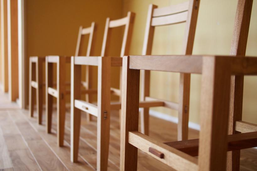 大工さんが制作した椅子。シンプルで美しいフォルムは木の家に似合う。