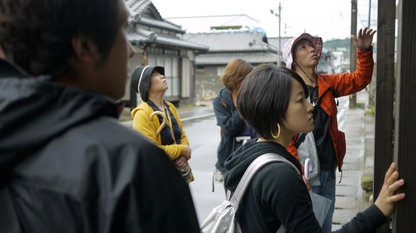 豊田の専門的な解説つきで町歩きは進行していく。伝統建築に隠された先人たちの知恵に触れられる貴重な時間となった。