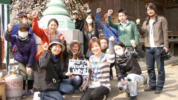 宮本が参加した小名浜諏訪神社での炊き出し。ここに集まった人たちが母体となって、やがてMUSUBUが生まれる。下段中央右、黒いダウンジャケットを着ているのが宮本だ。