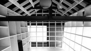 アサノの手がけた作品「環境の棚」は、家具的な「建築以下」の考えが取り入れられている。
