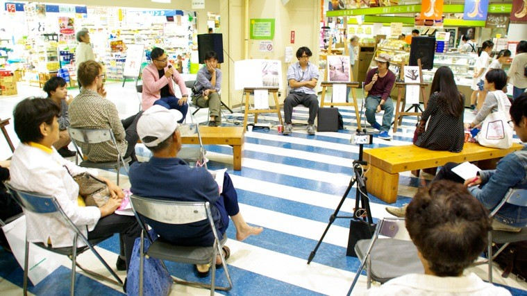 リスポ1階のセンタ—コートでは、3人の写真家を招いたトークイベントも開催された。photo by monaken