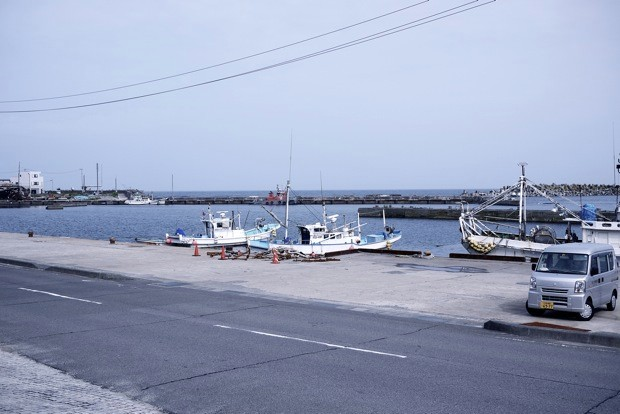 建物の前は、中之作折戸漁港。岸壁を打つ波の音が静かに響く。