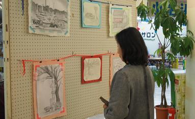 和紙や色紙で手作りの枠を作って作品を展示した