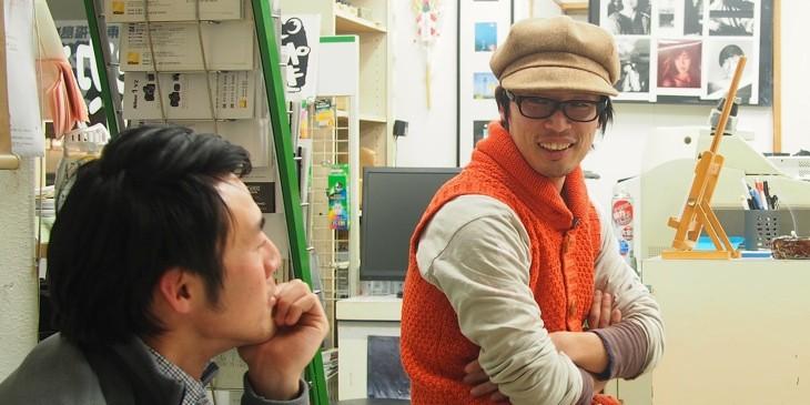 自らの作品について語る鈴木穣蔵(右)。生業として家族写真を撮り続けるフォトグラファー。
