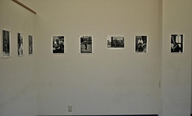 飾り気のない壁に、シンプルに展示されていく一連の作品。人物が際立つ。