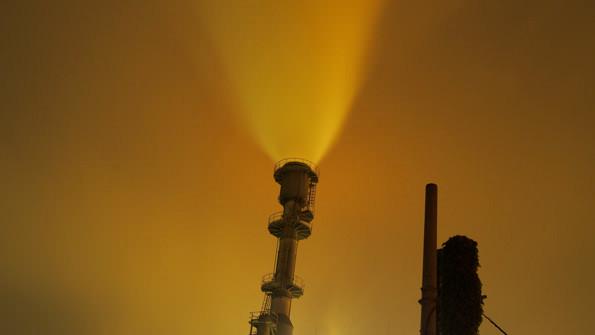 霧が出ていたものの、工場の光が霧に照り返され、独特の雰囲気を醸し出していた。