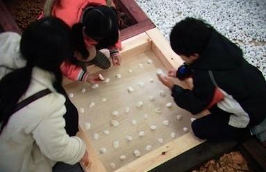屋内の大地の様子。佐賀県から寄せられた貝殻で遊ぶ子どもたち。