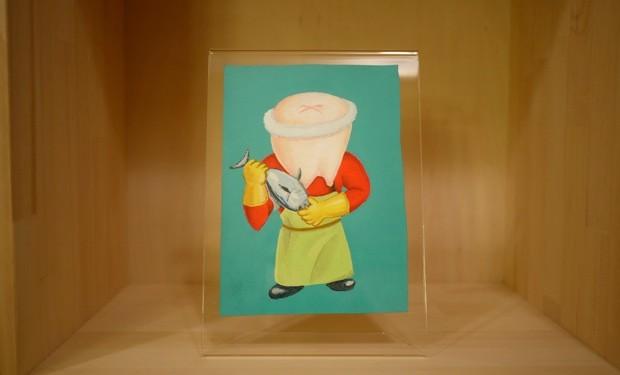 高木が以前働いていた鮮魚店から着想を得たという魚屋バージョンの歯くん。手に持つのはもちろん、小名浜のカツオだ。
