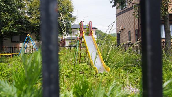 平蔵塚児童遊園は、雑草が生え放題。死んだような公園となっていた。