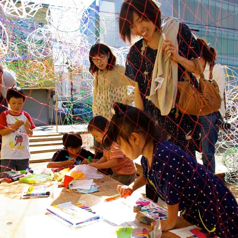 即興的にどんどん空間ができていく仮設美術館。来場する人や、描かれる絵によって美術館は育っていく。photo by monaken