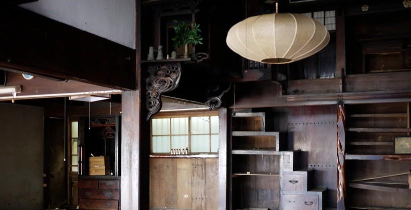 清航館と名付けられた古民家。1階には神棚が置かれている。装飾も美しい。