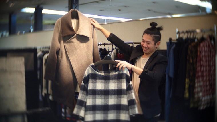 リスポ2階で開催されたファッションデザイナー関根渉×福田匡佑の作品展。写真は関根。photo by Ayumi SATO