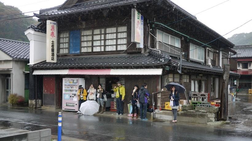 100年近く、江名の住民たちと共にあり続ける土佐屋酒店。古き良き日本の建築文化を今に伝えている。