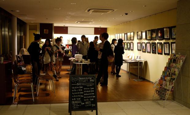 会場となっているのは、いわきアリオス2階にあるアリオスカフェ。コーヒーを飲みながら、気軽に作品を楽しんで欲しい。