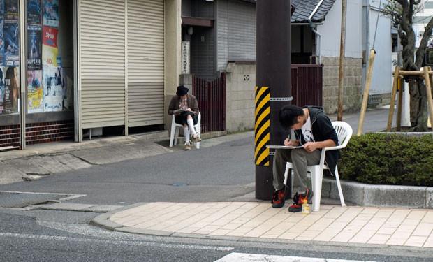 小名浜の町中に、おもむろに描き手が出没していく。