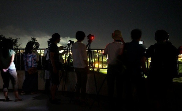 大剣公園展望台から工場エリアを望む一行。夜の静かな公園に、工場の発動機とシャッター音が響き渡っていた。