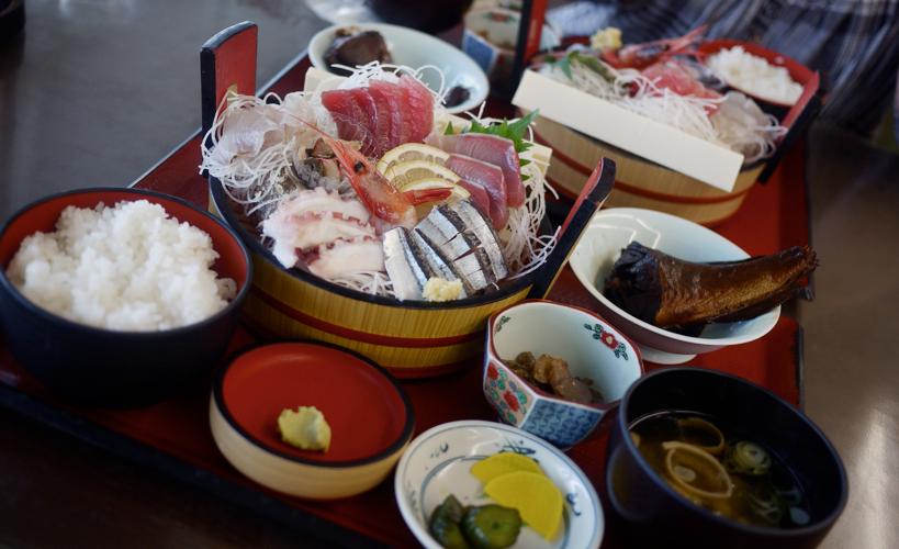 小名浜港「市場食堂」の刺身定食。