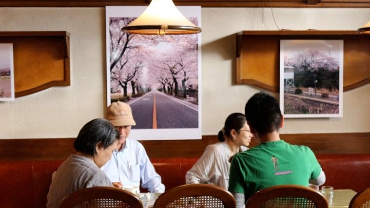 カフェ・プチプランスで開催された白井亮×MUSUBU「桜の森 夜の森」展。photo by MUSUBU