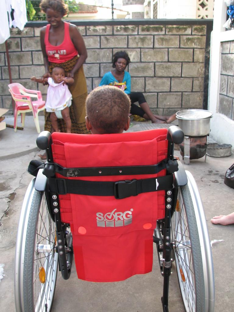 Mit dem Rollstuhl können kranke Kinder besser in die Klinik gebracht werden