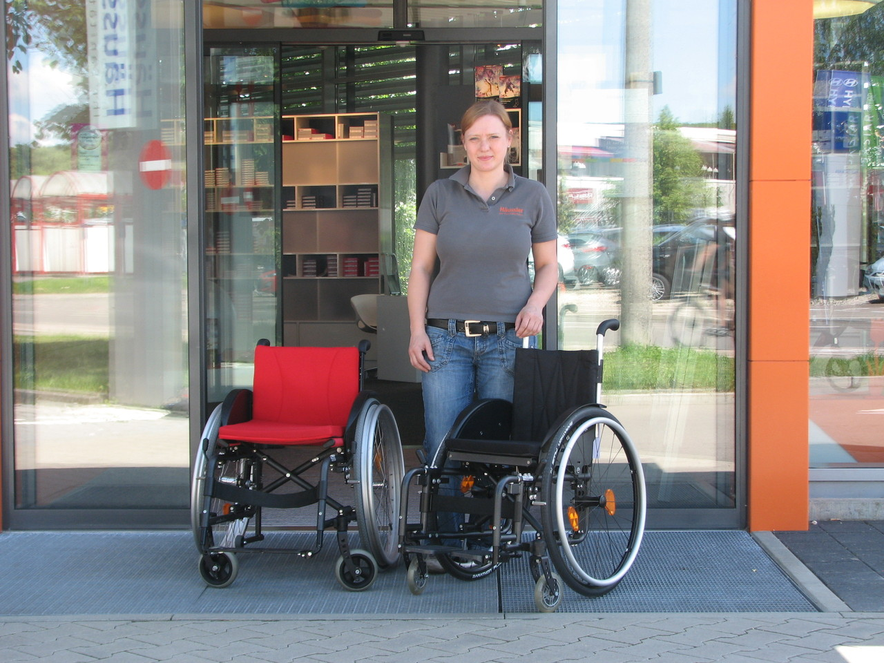 Zwei Kinderrollstühle gestiftet von Firma Sorg Rollstuhltechnik