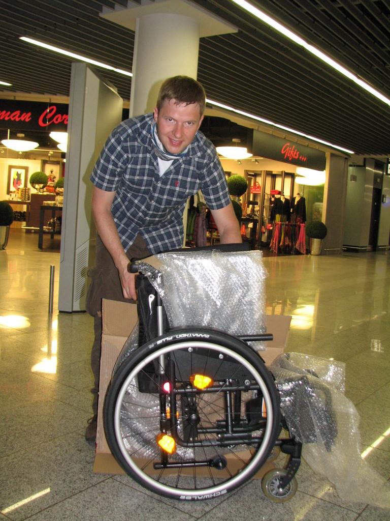 Stefan Blaser verpackt die Rollis am Flughafen