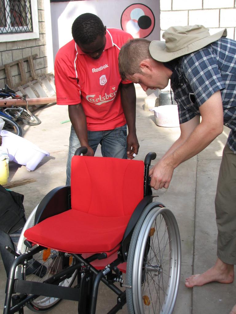 Der zweite Rollstuhl ist für das MiRO Kinderheim