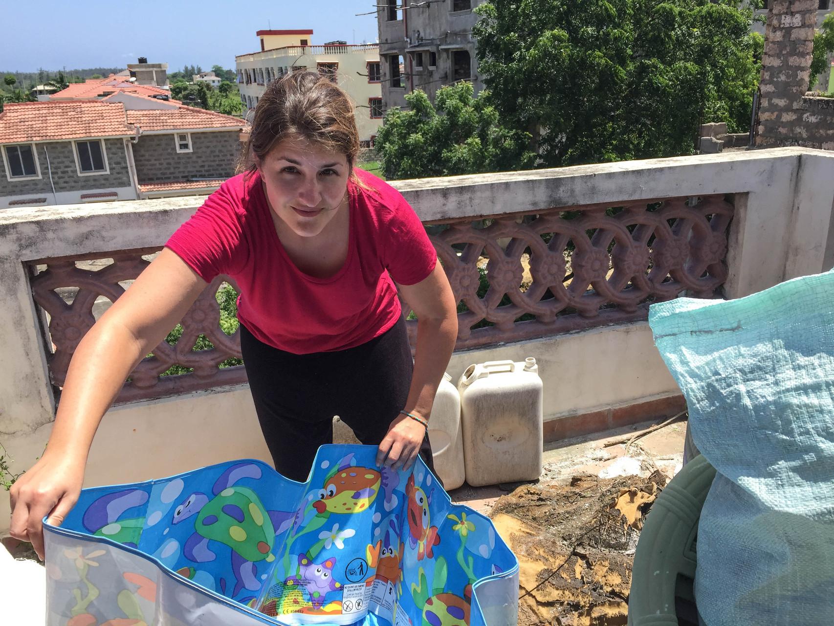 Nadine beim Aufräumen auf der Dachterrasse