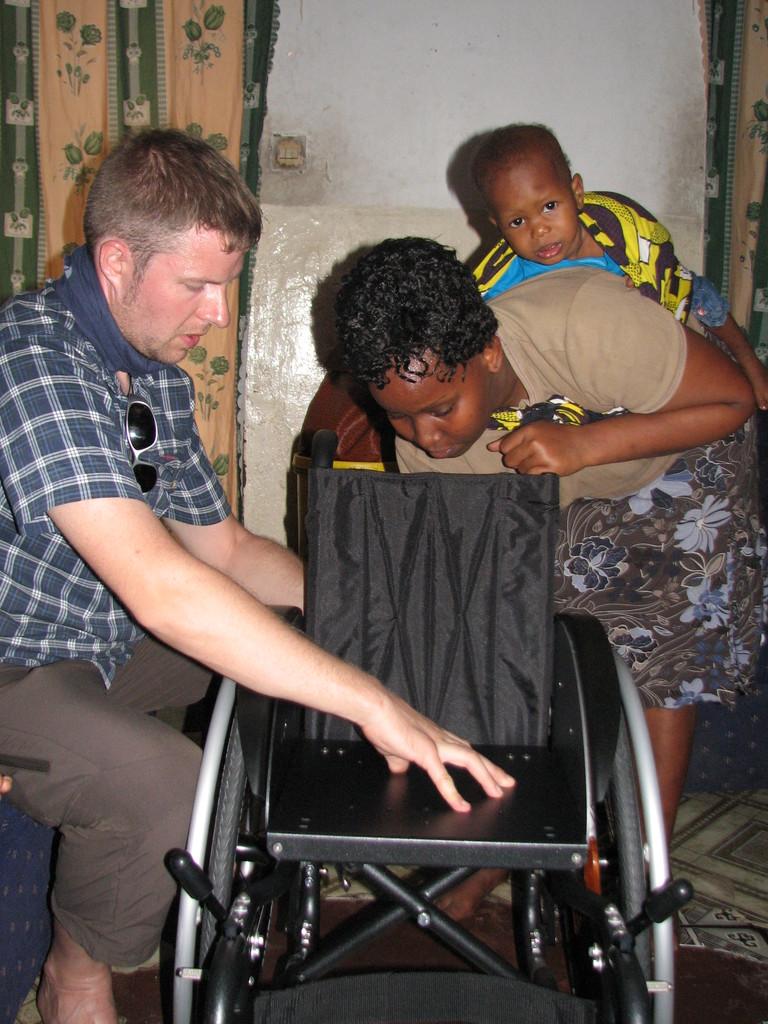 Stefan erklärt Samuels Mama den Aufbau des Rollis