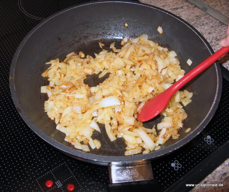 1) 2 mittelgroße Zwiebeln anbraten, den Käse reiben