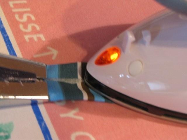 Dazu durch den Schrägbandformer ziehen und bügeln (alternativ die Seiten zur Mitte hin falten und bügeln)