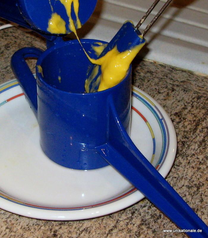 3) Die Spätzlepresse kalt ausspülen und bis zu einem Drittel mit Teig befüllen