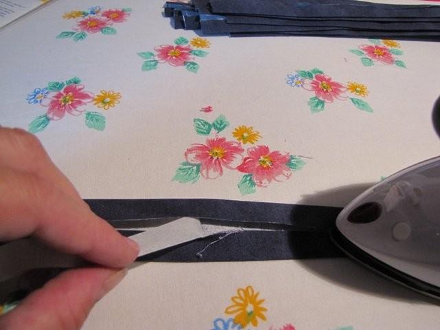 ..... Seiten des Schrägbandes wieder zur Mitte hin klappen und mit Stufe 3 langsam drüberbügeln