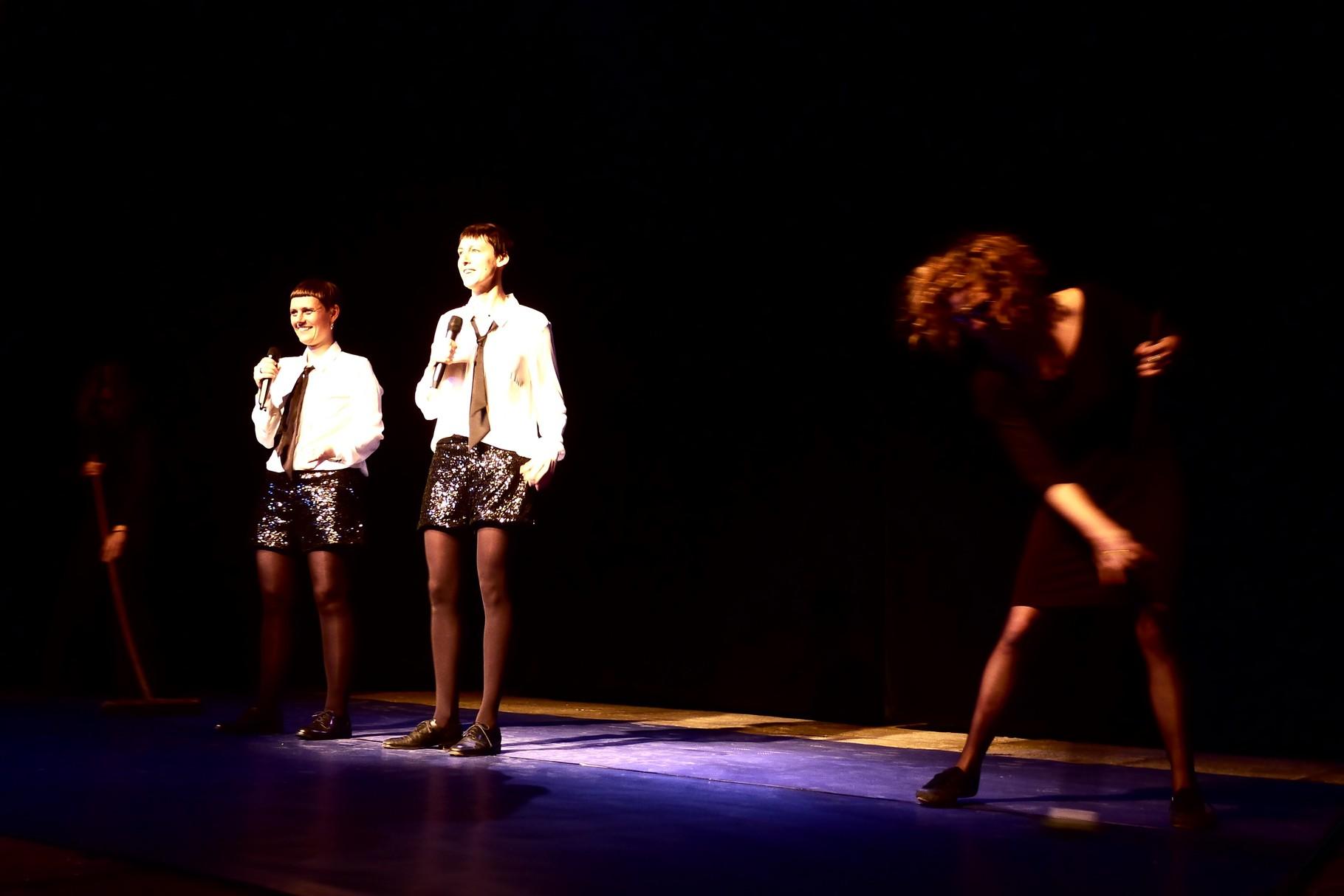 Mrs Melon, Frau Rouge und stage hands Nan und Ana