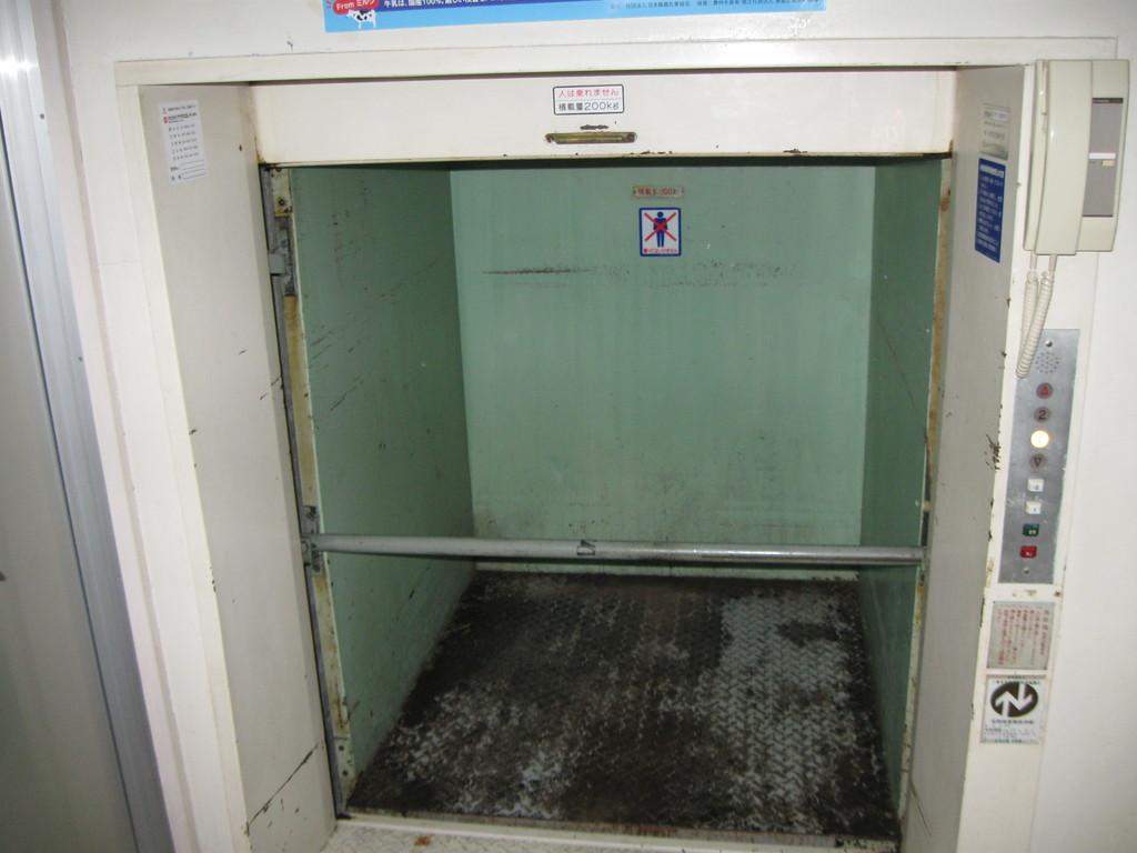 かご内壁・床・安全棒・インターホン等のチェック