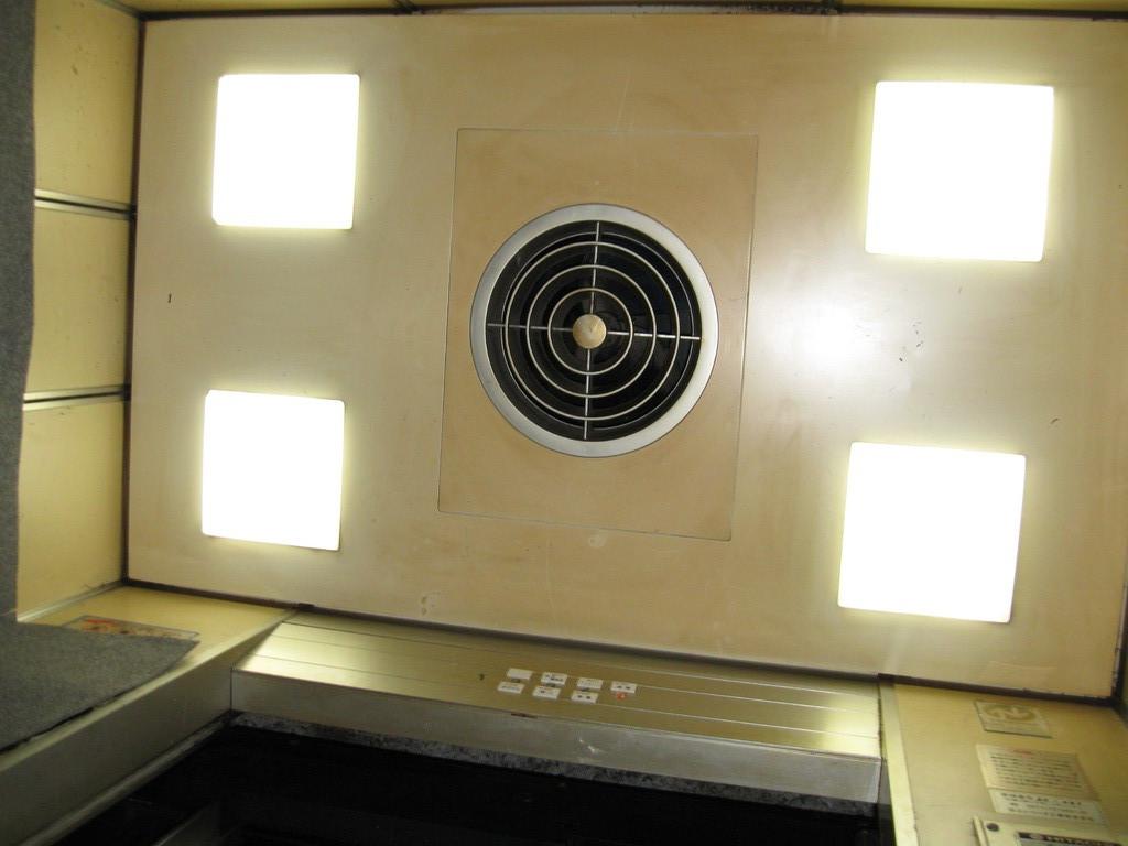 かご室内の照明・停電灯装置のチェック