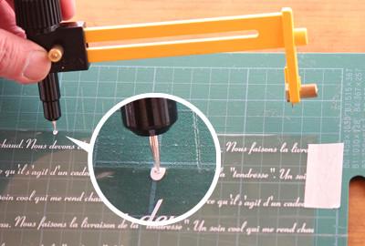 フィルムの上端にサークルカッタ-の針を刺す