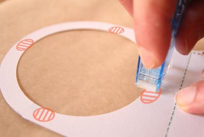 席札にテープ糊を付ける